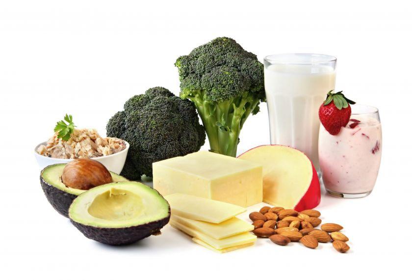 Dijeta protiv osteoporoze sadrži hranu bogati kalcijem i vitaminom D - kao što su mliječne prerađevine, zeleno povrće, orašasto i suho voće, plava riba i neke gljive.